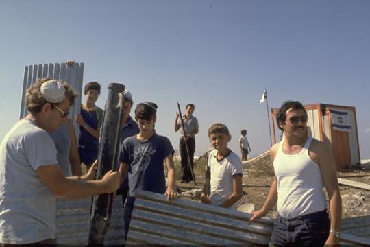 נלחמים על המדינה: מתנחלים מגוש אמונים מקימים את הישוב אלקנה בשומרון בשנת 1979 (צילום: לשכת העיתונות הממשלתית)