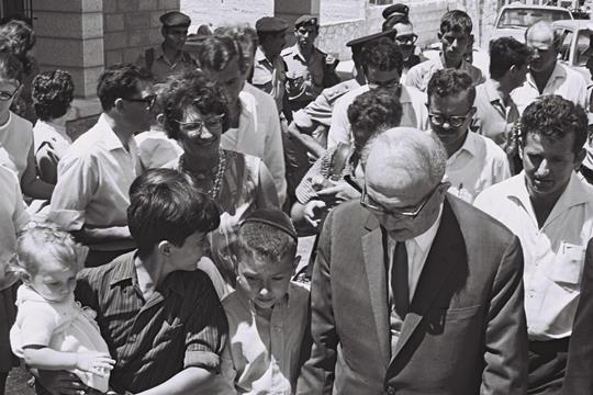 ראש הממשלה לוי אשכול בעת ביקור אצל מתנחלים במזרח ירושלים בשנת 1968 (צילום: לשכת העיתונות הממשלתית)
