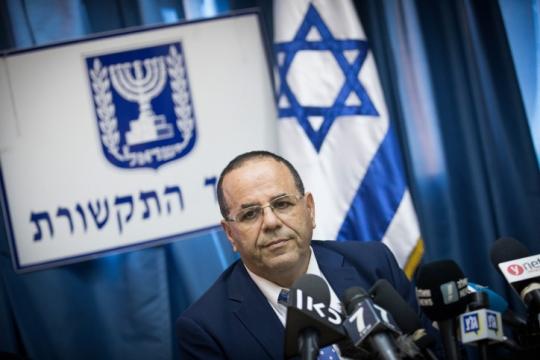 """שר התקשורת איוב קרא במהלך מסיבת העיתונאים בה הצהיר על כוונתו """"לסגור"""" את אל ג'זירה בתאריך 6/8 (צילום: יונתן זינדל, פלאש90)"""