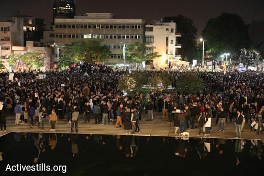 המפגינים נגד השחיתות בכיכר הבימה בתל אביב. 9 בדצמבר 2017 (אורן זיו / אקטיבסטילס)