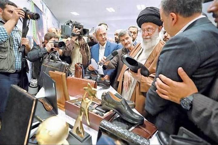 """המנהיג העליון עלי ח'אמנהאי בתערוכה של תוצרת התעשייה האיראנית: """"משרד האוצר האמריקני הפך לחדר מלחמה נגד הכלכלה האיראנית""""."""