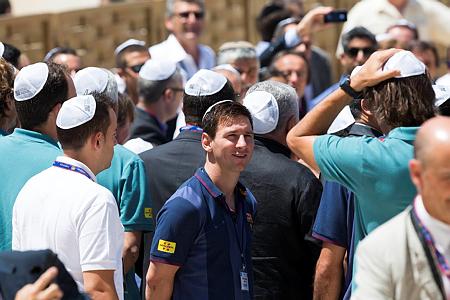 מסי חובש כיפה בביקור קודם שלו בישראל. פעם אחת הספיקה לו (צילום: יונתן סינדל/פלש90)