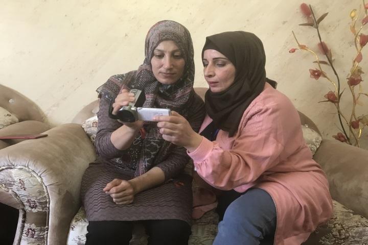 מנאל אל-ג'עברי (מימין) ואריג' אל-ג'עברי צופות בוידאו שאריג' צילמה (רמי יונס)