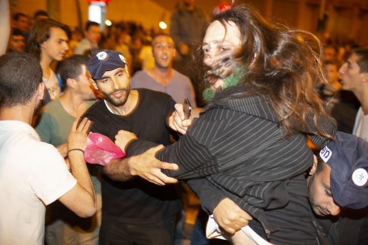 """עשרות עצורים ואלימות משטרתית ב""""ליל הבאנגים הגדול"""" הראשון, מול הכנסת. (אורן זיו / אקטיבסטילס)"""