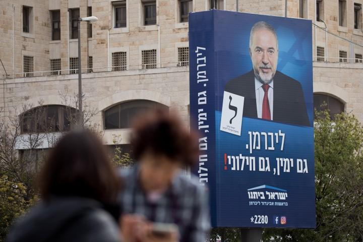 """ליברמן זיהה שהנישה של """"ימין חילוני"""" ריקה. כרזת בחירות ל""""ישראל ביתנו"""" בבחירות אפריל 2019 (צילום: יונתן סינדל / פלאש 90)"""