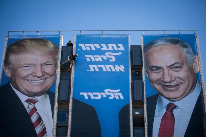 גם טראמפ לא יכול לעזור לנתניהו להעלים את הפלסטינים. כרזת בחירות של נתניהו בבחירות אפריל 2019 (צילום: יונתן סינדל / פלאש 90)