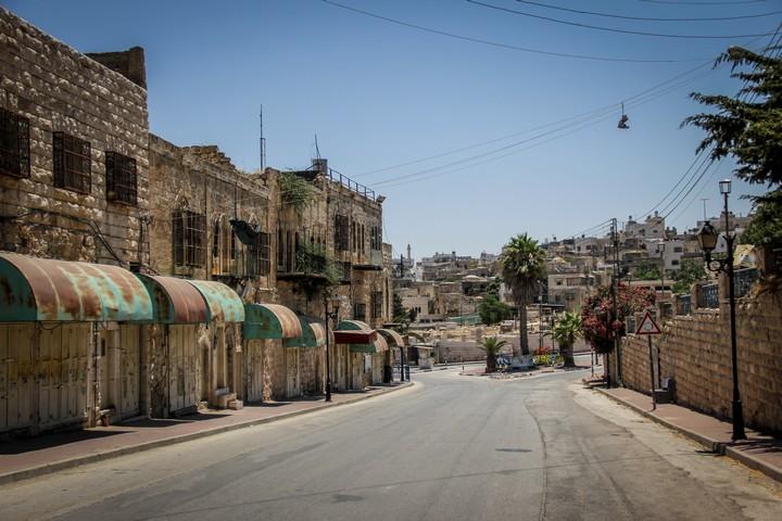 רחוב אל שוהדא הריק בחברון, יולי 2015 (צילום: גארט מילס / פלאש90)