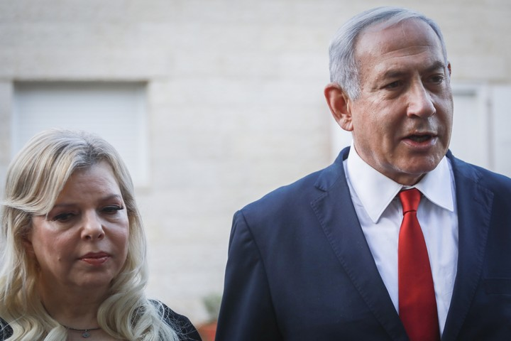 ראש הממשלה, בנימין נתניהו, ואישתו שרה, ליד בית משפחתו של דביר (יהודה) שורק, החייל שנדקר ליד מגדל עוז, 13 באוגוסט 2019 (צילום: פלאש90)