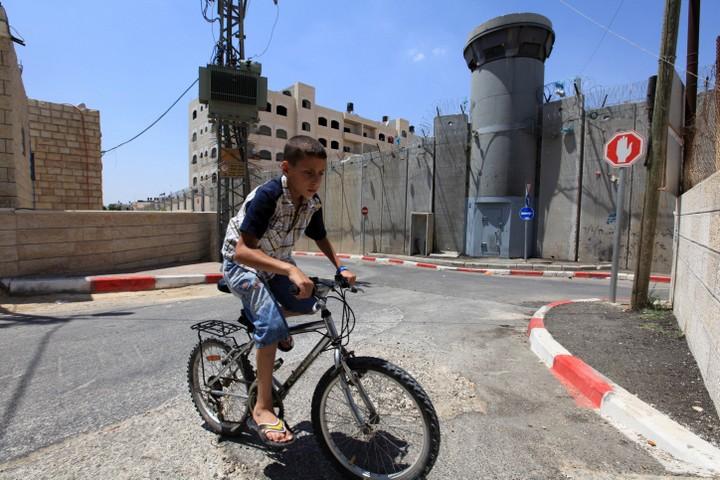 החידוש של שרון היה: הפלסטינים לא בני אדם, צריך לזרוק אותם מעבר לגדר. חומת ההפרדה בבית חנינא בצפון ירושלים (צילום: קובי גדעון / פלאש 90)