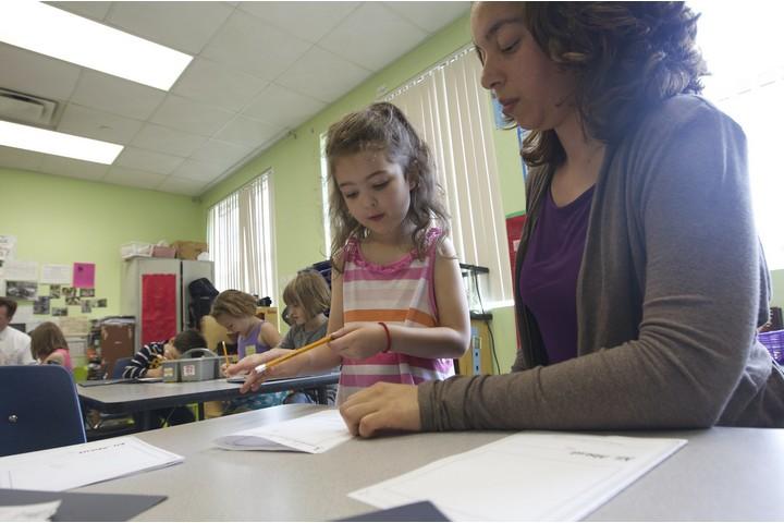 """ההיסטוריה האמריקאית מראה שדווקא כשאר נדמה שהדיכוי הצליח, המרד מתעורר מחדש. מורה בבית ספר בארה""""ב (צילום: משרד החינוך האמריקאי)"""
