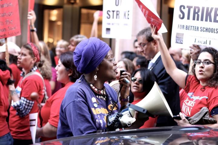 המורות בשיקגו לא רוצות רק להעלות את השכר העלוב שלהן, אלא גם לשפר את תנאי הלימוד. שביתת המורות בשיקגו ב-2012 (צילום: ספנסר טווידי CC BY-NC-ND 2.0)י
