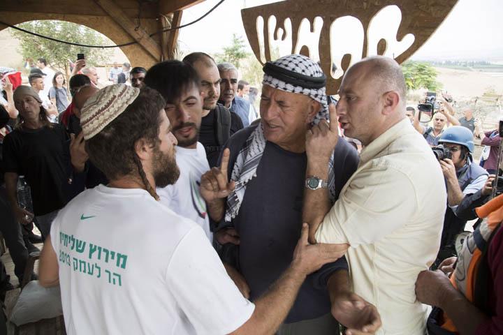 """המתנחלים קראו לפלסטינים """"צאו מהבית שלנו"""". הפלסטינים ענו: """"אלה האדמות שלנו"""". עימותים במאחז """"שירת העשבים"""" בבקעת הירדן (צילום קרן מנור/ אקטיבסטילס)"""