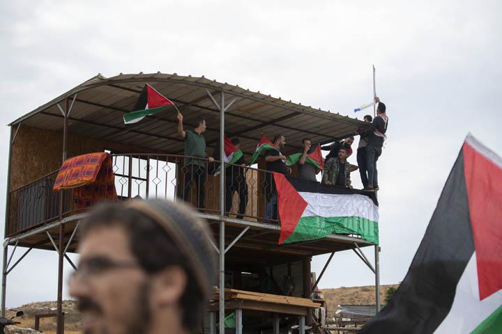 """המפגינים הצליחו לתלות דגלי פלסטין על מגדל העומד במרכז מאחז """"שירת העשבים"""" בבקעת הירדן (צילום: אורן זיו)"""
