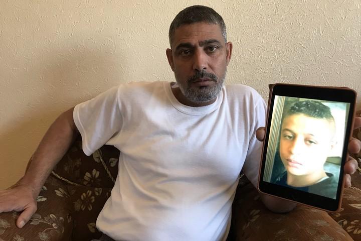 """""""אנחנו גרים ליד הגדר עם ישראל, בלתי נענע שהילדים שלו יילכו להפגנות"""". רמי חילס, אביו של עות'מן, בביתו בעזה (צילום: מועתסם דאלול, Middle East Eye),"""