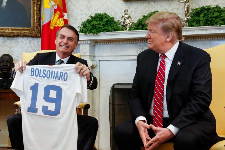Português: (Washington, DC - EUA 19/03/2019) O Senhor Donald Trump, Presidente dos Estados Unidos da América, entrega uma camisa personalizada, simbolizando o esporte nacional, ao Presidente da República Jair Bolsonaro. Foto: Isac Nóbrega/PR