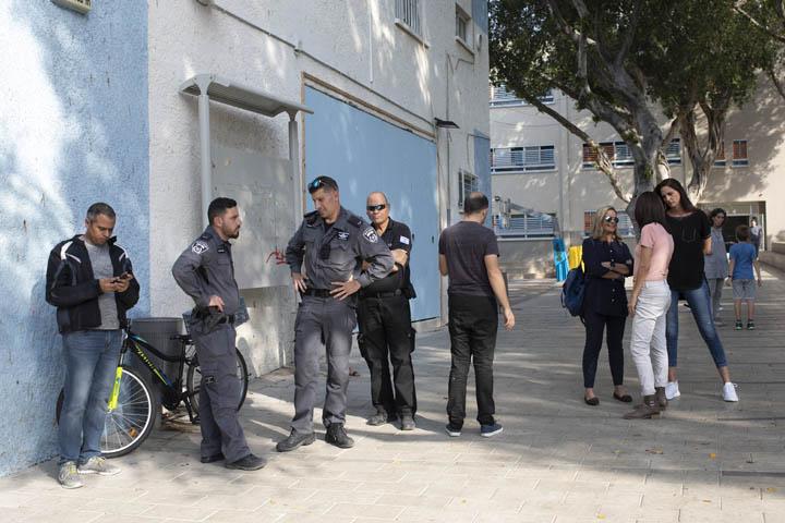 שוטרים בבית הספר גבריאלי נבמהלך הפגנת תלמידים נגד מעצר וגירוש ילדים (צילום: אורן זיו)