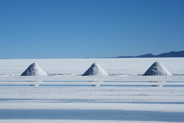 מדבר המלח סאלאר דה אויוני בדרום מערב בוליביה, שבו כורים גם ליתיום (צילום: Alfredobi)