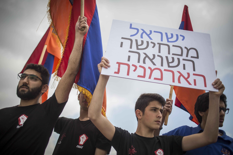 חברי הקהילה הארמנית בירושלים מפגינים מול משרד החוץ נגד מכירת נשק לאזרביג'אן, באפריל 2016 (צילום: הדס פארוש / פלאש90)
