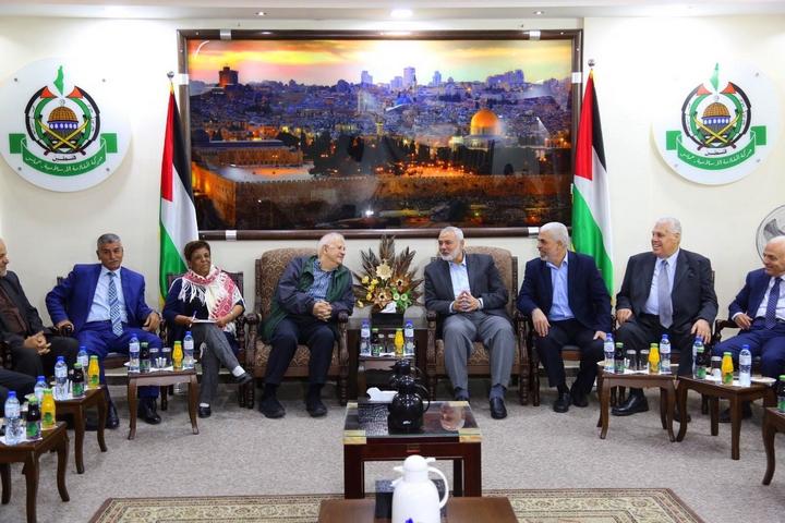"""מנהיג חמאס איסמעיל הנייה נפגש עם יו""""ר ועדת הבחירות המרכזית הפלסטיני חנא נאסר בעזה, ב-3 בנובמבר 2019 (צילום: ג'די/פלאש90)"""