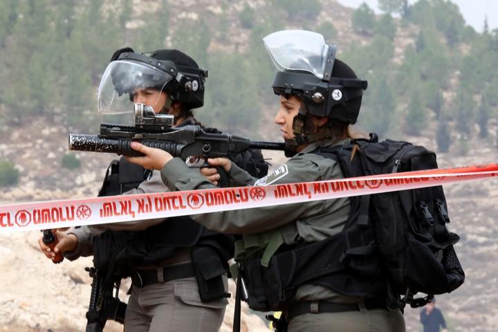 """שוטרי מג""""ב בעימות עם מפגינים פלסטינים ליד חברון, ב-15 בנובמבר 2019 (צילום: וויסאם האשלמון / פלאש90)"""