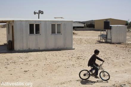 השיטה של המדינה פשוטה: לא להכיר בישובים הבדואים שהיו קיימים לפני שנוסדה, ואז להתעלם מהם. ילד רוכב על אופניים בישוב הבדואי הלא מוכר ביר-הדאג' (צילום: אקטיבסטילס)