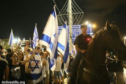 מחאת נגד של הימין בעת ההפגנה לסיום המבצע בעזה, תל אביב 26.7.2014 (צילום: אקטיבסטילס)