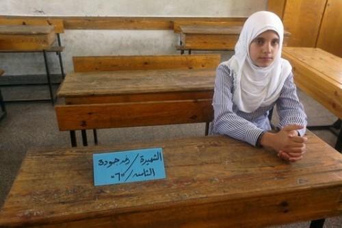"""ראוואן ליד שולחן ביה""""ס . המקום של רע'ד נותר ריק. צילום: עאוני פרחאת"""