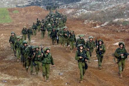 """חיילים מחטיבת הנח""""ל צועדים בחזרה מלבנון לאחר הפסקת האש"""