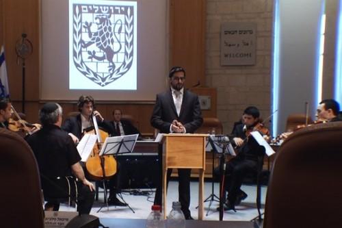 """החזן דובלה הלר מבצע את היצירה """"ירושלים החדשה"""" במועצת העיר ירושלים"""