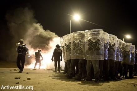 שוטרים ניצבים מול המפגינים. יום הזעם נגד תוכנית פראוור. ח'ורה, 30 בנובמבר 2013 (אקטיבסטילס)
