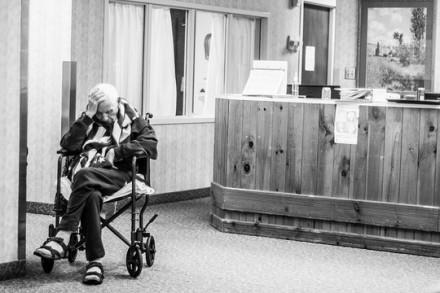 קשיש בבית חולים (אילוסטרציה: Lou Murrey CC BY-NC-ND 2.0)