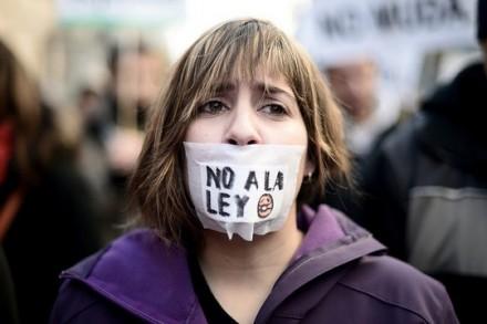 """מפגינה במדריד נגד """"חוק ההשתקה"""" החדש (Adolfo Lujan / DISO Press, CC BY-NC-ND 2.0)"""