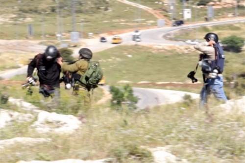 צפו: קצין תוקף וזורק אבנים על צלמי עיתונות בהפגנה בשטחים