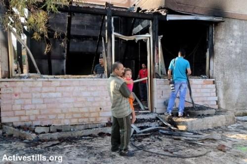 ביתם השרוף של בני משפחת דוואבשה בדומא. תינוק בן חמש נהרג, ועוד שלושה נפצעו אנושות לאחר שביתם הוצת על ידי מתנחלים רעולי פנים (אחמד אל-באז/אקטיבסטילס)