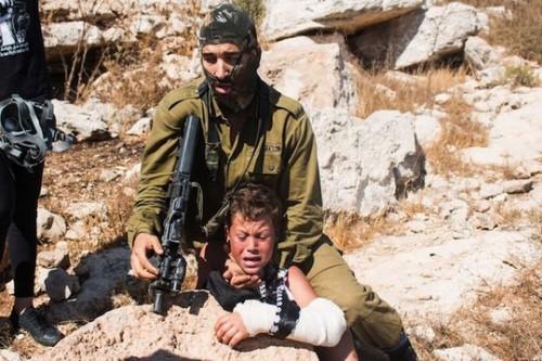 בתקשורת הישראלית הקורבן הוא חייל שמנסה לעצור באלימות ילד פצוע