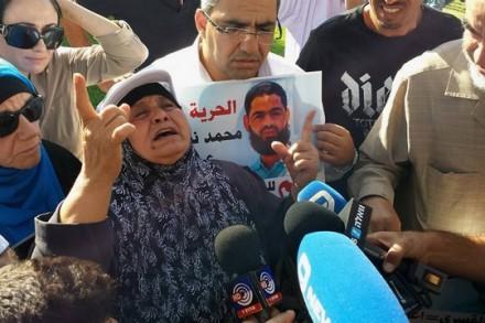 """""""בני חזק ולא יישבר"""". אמו של עלאן בהפגנה מול בית החולים סורוקה אתמול צילום: אבי בלכרמן"""