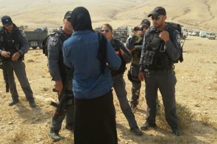 אישה בדואית מול שוטרים בזמן הריסת ביתה (צילום: סברין אבו-כף, פורום דו קיום בנגב)