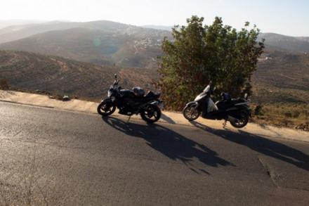 אופנועים בדרכי פלסטין (בסאם אלמוהור)