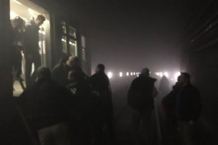 נוסעים מפונים מהמטרו בבריסל אחרי הפיגועים (Evan Lamos, EurActiv)