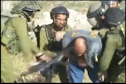 """חיילי """"נצח יהודה"""" מכים פלסטיני בג'ילזון, יולי 2015. צילום מסך"""