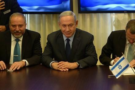"""בנימין נתניהו ואביגדור ליברמן בטקס חתימת הסכם הרחבת הממשלה (עמוס בן גרשום, לע""""מ)"""