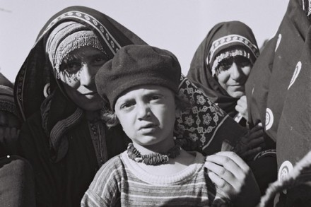 משפחה במחנה חאשד, תימן, 1949 (דוד אלדן, אוסף התצלומים הלאומי)