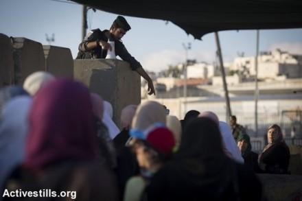 נשים פלסטיניות חוצות את מחסום קלנדיה בדרך לתפילת יום השישי הראשון של חודש הרמדאן. בניגוד לשנים קודמות השנה לא חלו מגבלות גיל על הנשים. 10 ביוני 2016 (אורן זיו/אקטיבסטילס)