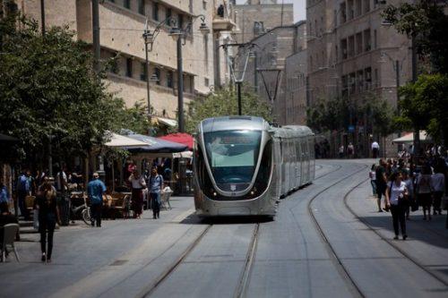 כשערביה, יהודיה וסמארטפון נפגשים ברכבת הקלה