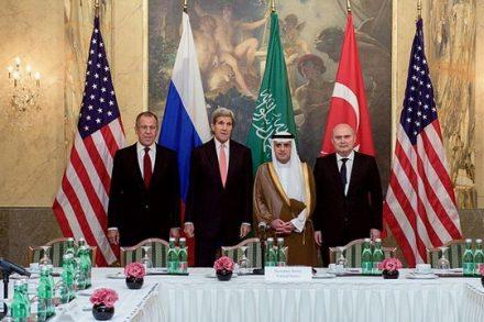"""שרי החוץ של ארה""""ב, רוסיה, תורכיה וסעודיה במהלך שיחות וינה בנושא הסורי, אוקטובר 2015. (צילום: מחלקת המדינה האמריקאית)"""