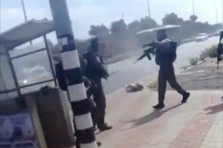 """שוטרי מג""""ב לא מפסיקים לירות גם כשאשה שוכבת על הקרקע ולא מסכנת אף אחד (צילום מסך מתוך הסרטון של שמואל ליפשיץ)"""
