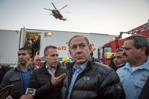 """להפסיק להתנגד אליהם בצורה מקומית. נתניהו, ארדן ומפכ""""ל המשטרה בחפ""""ק ליד השריפה בזכרון יעקב (צילום: אמיל סלמן/POOL)"""
