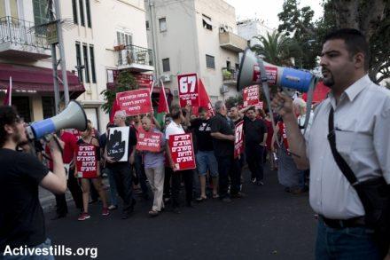 מימין: רג'א זעאתרה. הפגנה לציון 47 שנות כיבוש, תל אביב, יוני 2014 (אורן זיו / אקטיבסטילס)