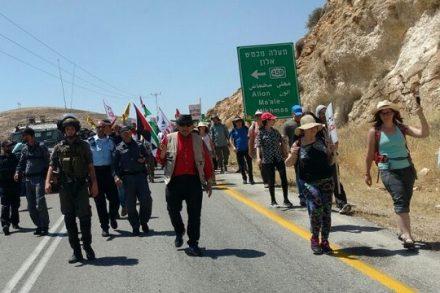 כמאתיים פעילי שמאל הפגינו נגד הכיבוש ונגד אלימות מתנחלים ליד מאחז הבלאדים. (צילום: אורלי נוי)