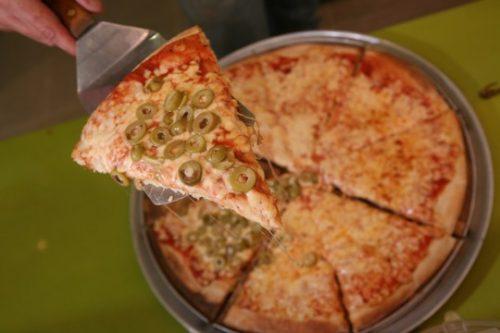 פיצה היא פיצה. גם בערבית. אבל מי מקבל את כל התוספות?